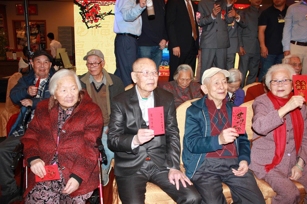 85歲長者獲派紅包後與主席及理事們合照